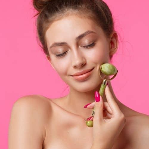Massaggio al viso con il jade roller